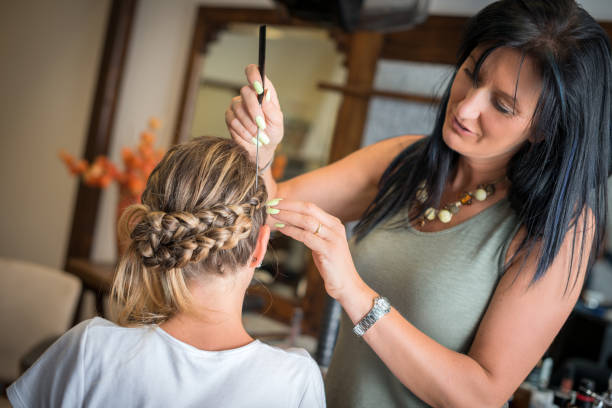 airbrush make-up und friseur salon: braid - airbrush make up stock-fotos und bilder