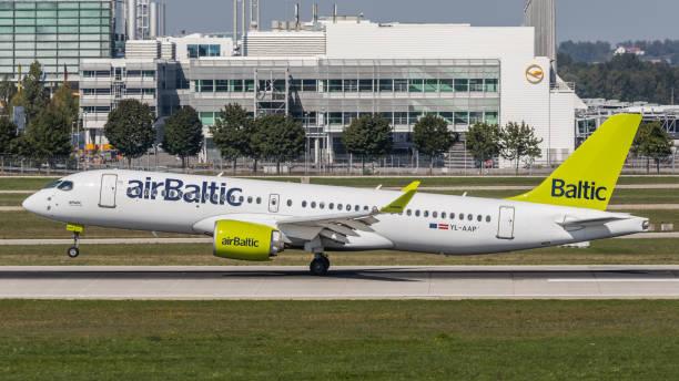 airbus a220 air baltic landet am flughafen münchen - andreas haas stock-fotos und bilder