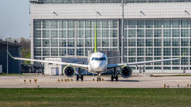 airbus a220 air baltic startbereit am flughafen münchen - andreas haas stock-fotos und bilder