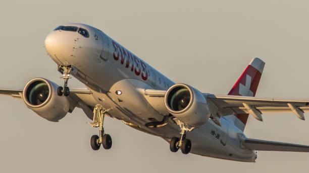 airbus a220 swiss international airlines startet vom flughafen münchen - andreas haas stock-fotos und bilder