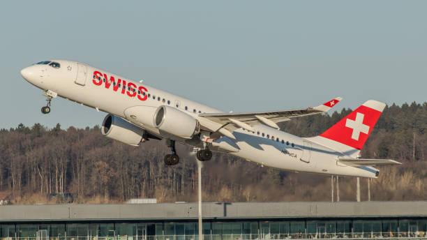 airbus a220 swiss international airlines startet vom flughafen zürich - andreas haas stock-fotos und bilder