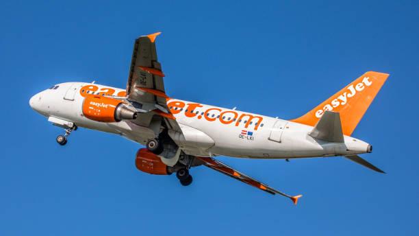 airbus a319 easy jet startet vom flughafen basel-mulhouse - andreas haas stock-fotos und bilder