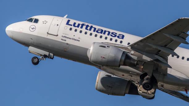 airbus a319 lufthansa hebt vom flughafen münchen ab - andreas haas stock-fotos und bilder
