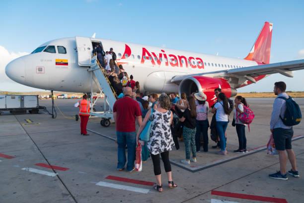 Avião de Airbus A319 da linha aérea de Avianca no aeroporto da ilha de Aruba. - foto de acervo