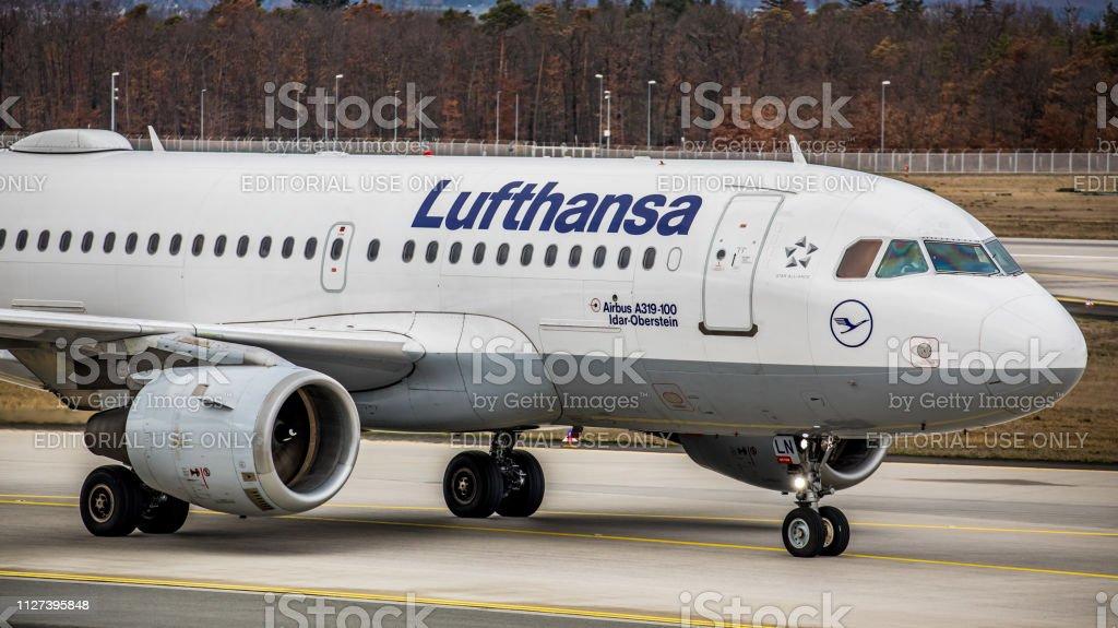 Lufthansa Airbus A319-114 Rollen zum Gate am Flughafen Frankfurt Am Main – Foto