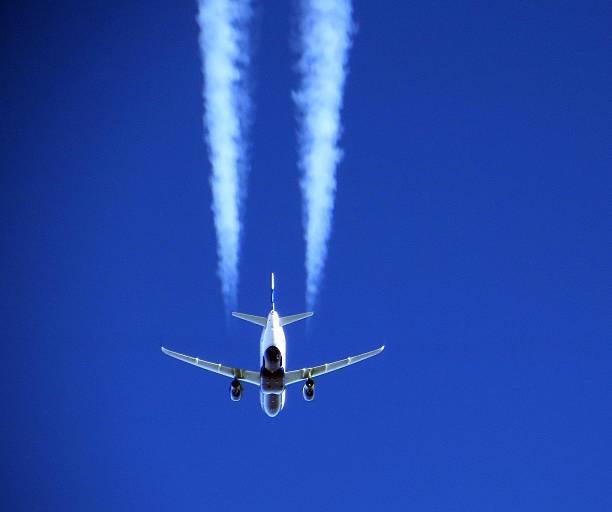 Airbus A320 320 Flugzeug über Waren – Foto