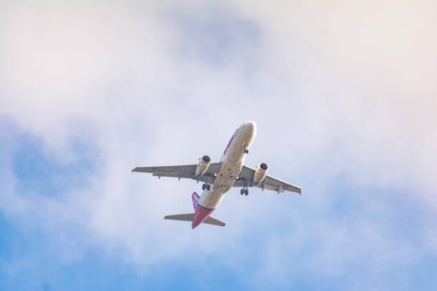 airbus a320 da latam airlines desembarque no aeroporto de congonhas cgh), são paulo, brasil - aeroporto de congonhas - fotografias e filmes do acervo