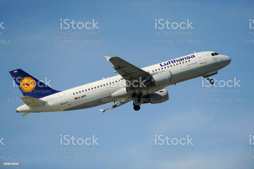 Airbus A320-200 de la aerolínea alemana Lufthansa en despegue del aeropuerto de Munich, Alemania - Foto de stock de Aeropuerto libre de derechos