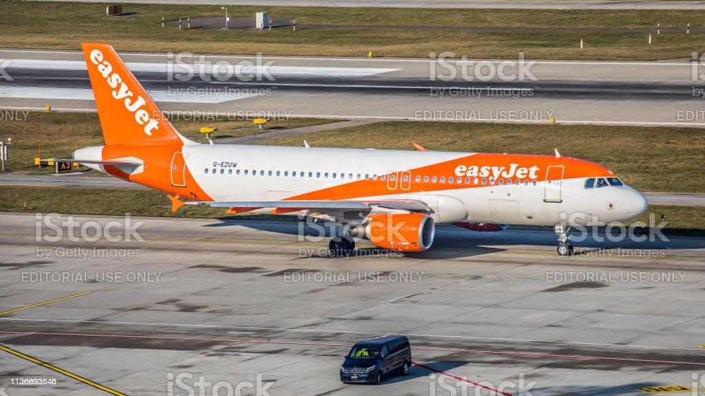 Airbus A320-214 EasyJet macht sich am Flughafen Zürich auf den Start – Foto