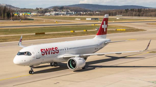 airbus a320neo swiss international airlines auf dem vorfeld des flughafens zürich - andreas haas stock-fotos und bilder