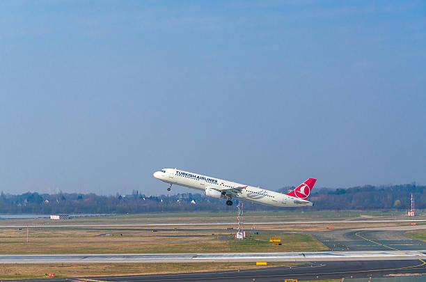 airbus a321 von türkisch airlines beim start ausführen - nrw ticket stock-fotos und bilder