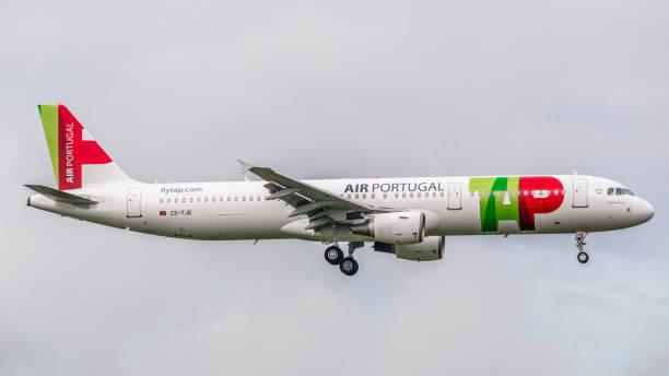 airbus a321 tap air portugal landet auf dem flughafen zürich - andreas haas stock-fotos und bilder