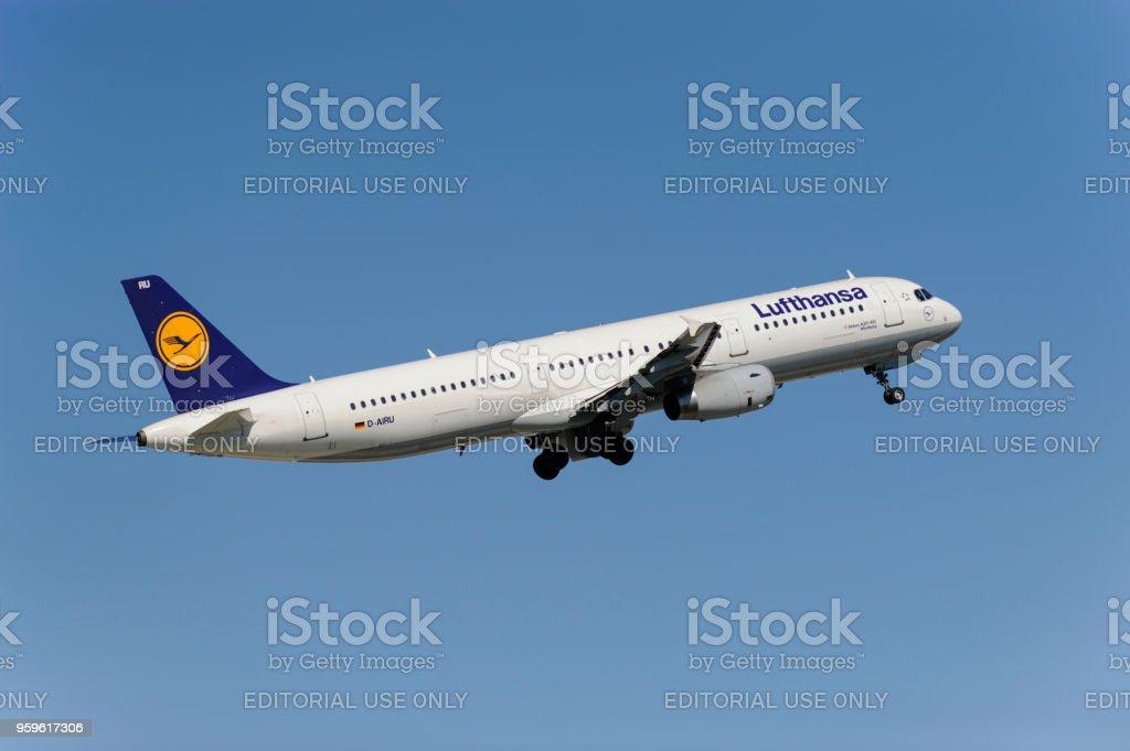 Airbus A321-100 de la aerolínea alemana Lufthansa en despegue del aeropuerto de Munich, Alemania - Foto de stock de Aeropuerto libre de derechos