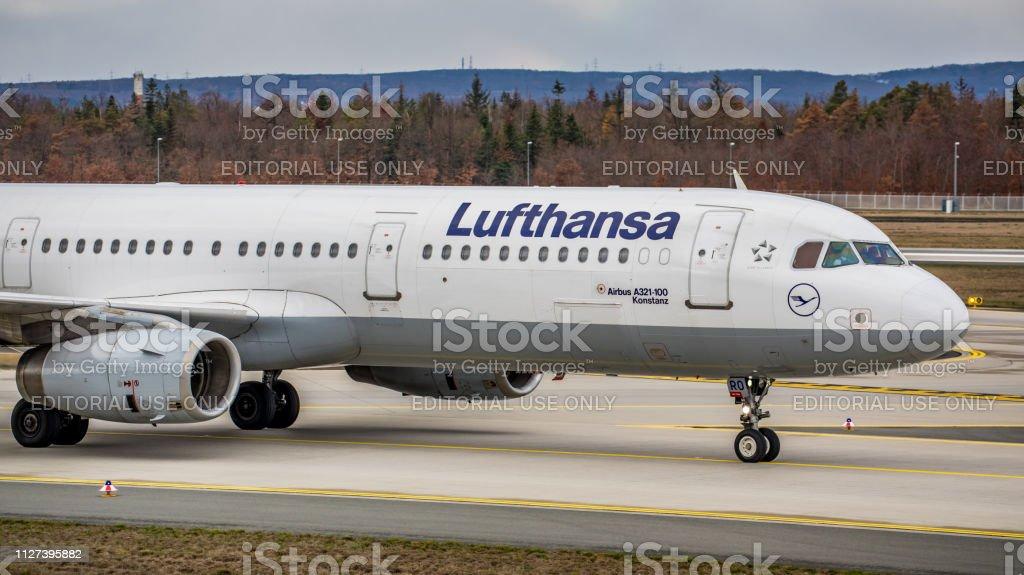 Lufthansa Airbus A321-131 rollt zum Gate am Flughafen Frankfurt Am Main – Foto