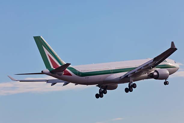 Airbus A330 da Alitalia decola do aeroporto JFK - foto de acervo