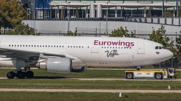 airbus a330 eurwowings wird zum terminal am flughafen münchen gezogen - andreas haas stock-fotos und bilder