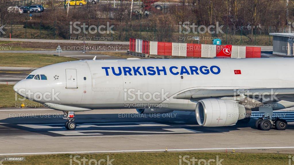 Airbus A330-223F Turkish Airlines startet am Flughafen Zürich – Foto