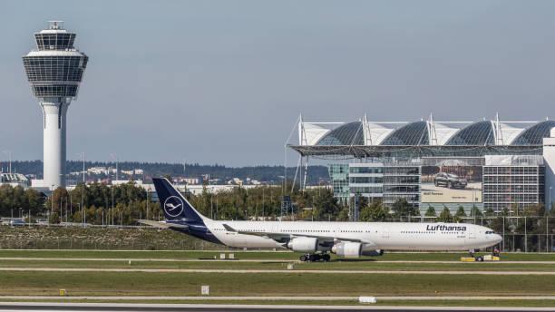 airbus a340 lufthansa wird zum terminal am flughafen münchen geschleppt - andreas haas stock-fotos und bilder