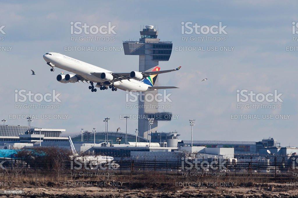 El Airbus A340 de South African Airways despega desde el aeropuerto JFK - foto de stock