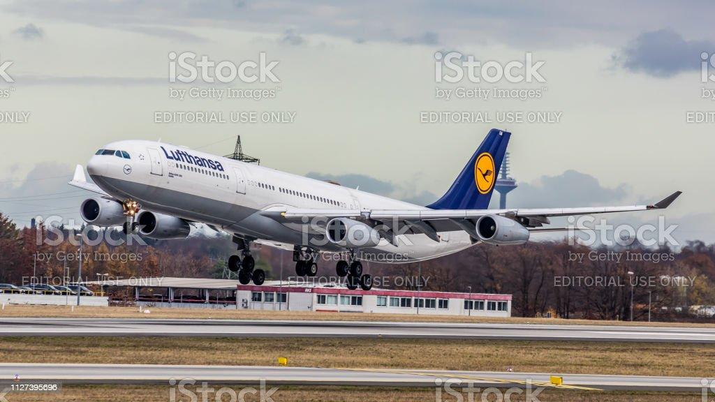 Airbus A340-313 Lufthansa landet am Flughafen Frankfurt Am Main – Foto