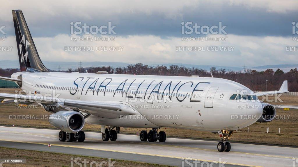 Airbus A340-313 X Lufthansa rollt zum Gate am Flughafen Frankfurt Am Main – Foto