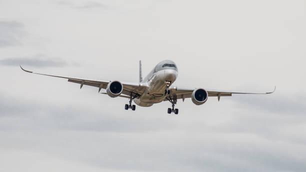 Airbus A350 Qatar Airways lands at Zurich Airport - foto stock