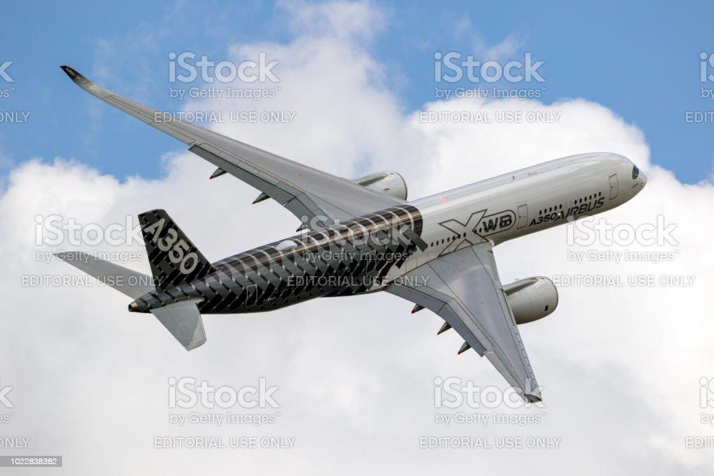 Avión de pasajeros jet Airbus A350 XWB - foto de stock