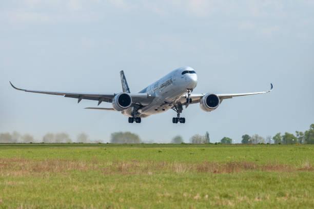 Airbus A350 XWB plane flies at airport Berlin / Schoenefeld. - foto stock