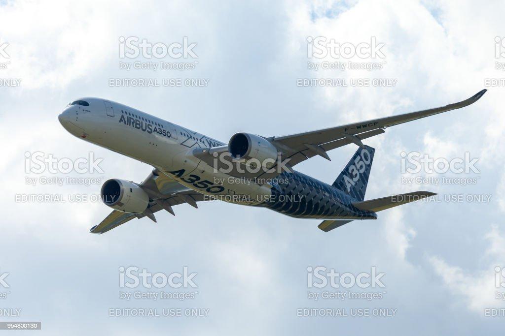 Airbus A350 XWB avion vole à l'aéroport de Berlin / Schoenefeld. - Photo