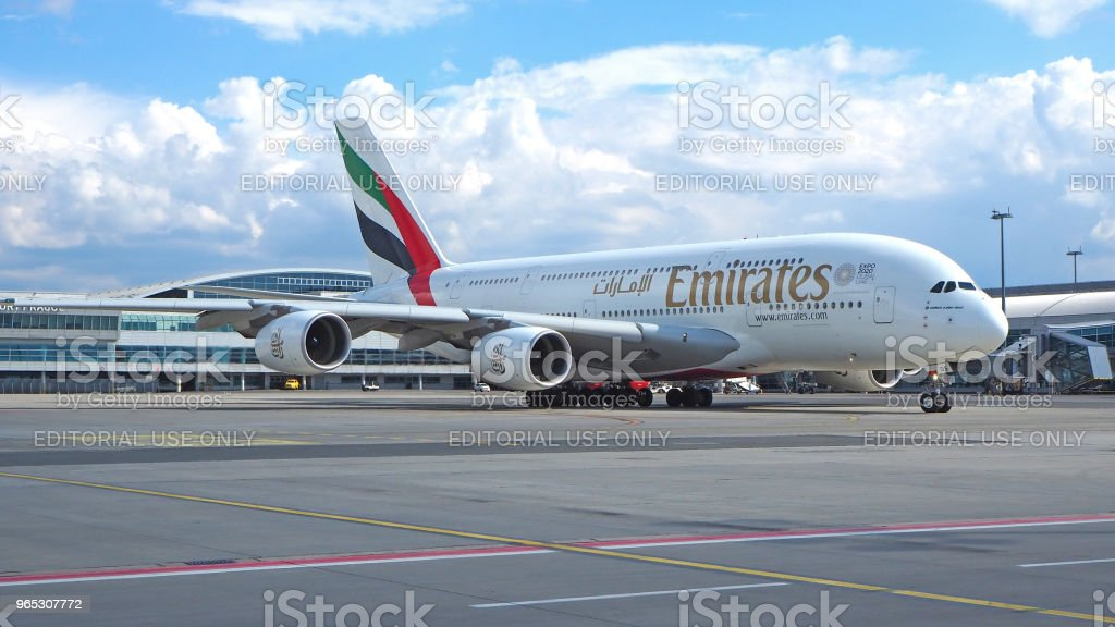 Airbus A380 au terminal à l'aéroport de Prague. Emirates Airlines - Photo de Aile d'avion libre de droits
