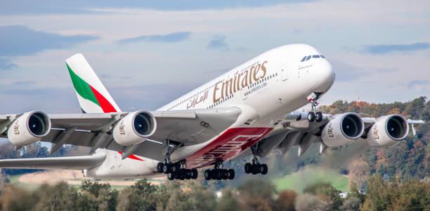 airbus a380 emirates hebt vom flughafen zürich ab - andreas haas stock-fotos und bilder