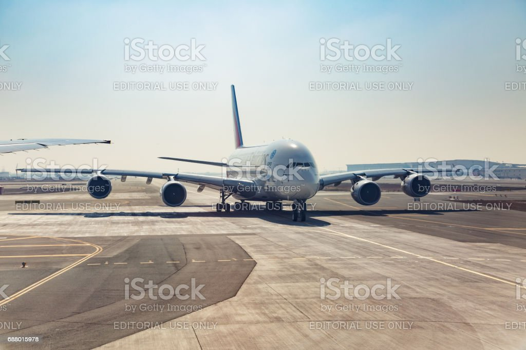 Airbus A380 d'Emirates airlines sur la piste - Photo