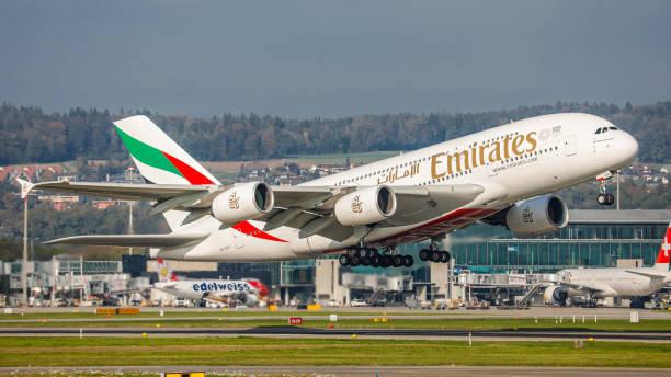 airbus a380-861 emirates startet vom flughafen zürich - andreas haas stock-fotos und bilder