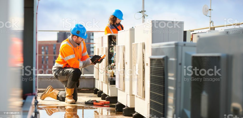 aircon engineers rooftop air con installation 30-39 Years Stock Photo