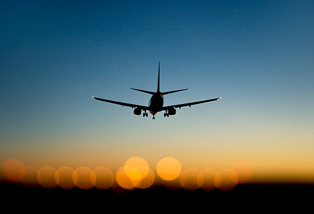 Flugzeug nähern Flughafen bei Sonnenuntergang – Foto
