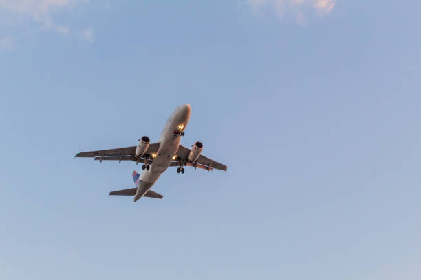 aviões que aproximam-se à terra no aeroporto de congonhas (cgh) em sao paulo, brasil - aeroporto de congonhas - fotografias e filmes do acervo