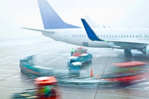 Flugzeug-Gepäckabfertigung im Nebel – Foto