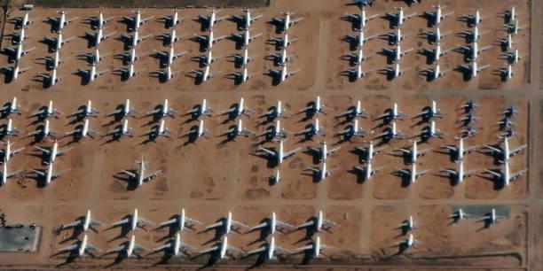 hueso de avión yard airliner aviones estacionados boeing airbus grandes jets - inmóvil fotografías e imágenes de stock