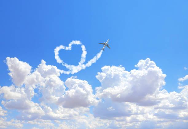 flugzeuge ziehen ein herz in den himmel - schrift am himmel stock-fotos und bilder
