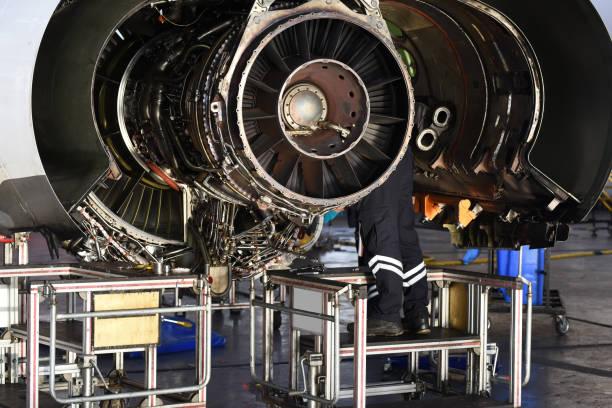 Flugzeugingenieur repariert und wartung eines Flugzeugstrahltriebwerks im Flugzeughangar – Foto