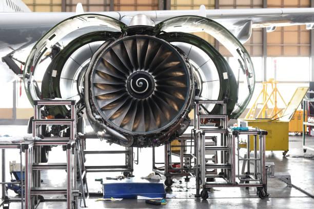 het motoronderhoud van vliegtuigenstraal in vliegtuighangaar - luchtvaartindustrie stockfoto's en -beelden