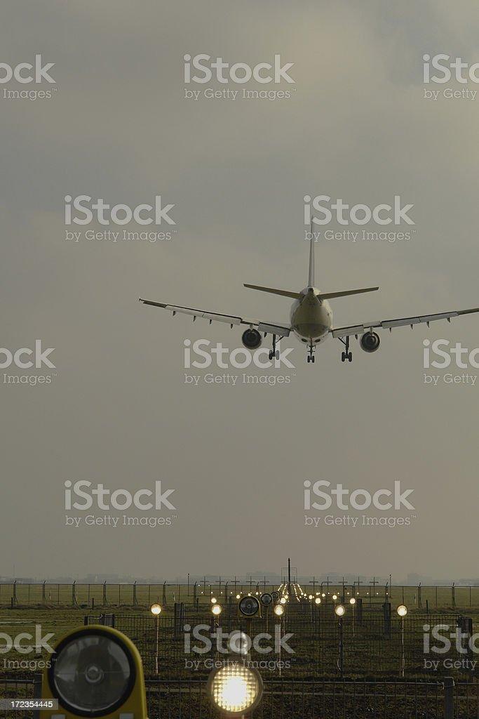 Avión aterrizando al atardecer foto de stock libre de derechos