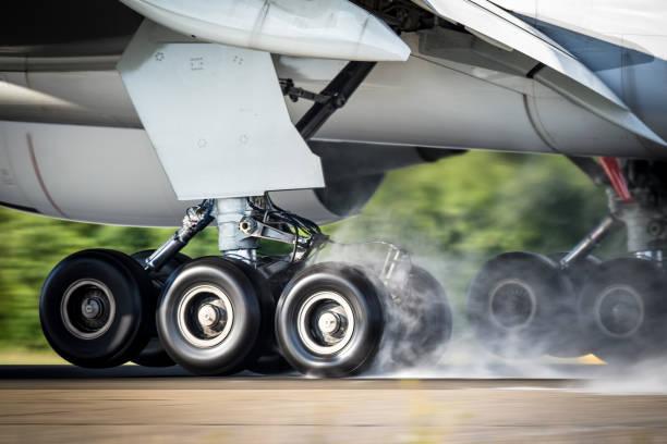 avión aterrizando engranajes - aterrizar fotografías e imágenes de stock