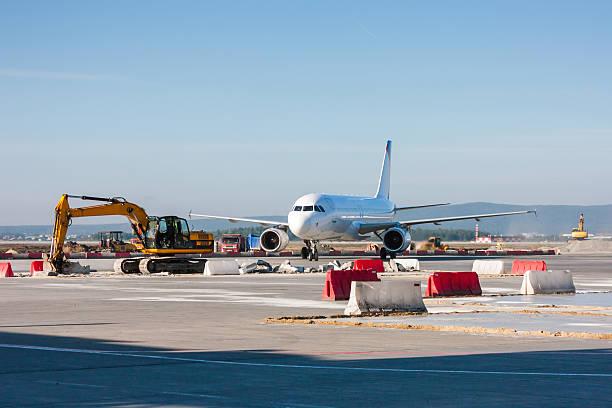 Flugzeuge zwischen Löffelbagger, Glasfaserkabel. Und Bulldozer bewegen – Foto