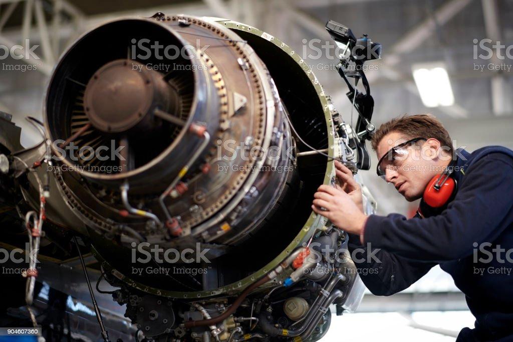 Fluggerätmechaniker im hangar – Foto