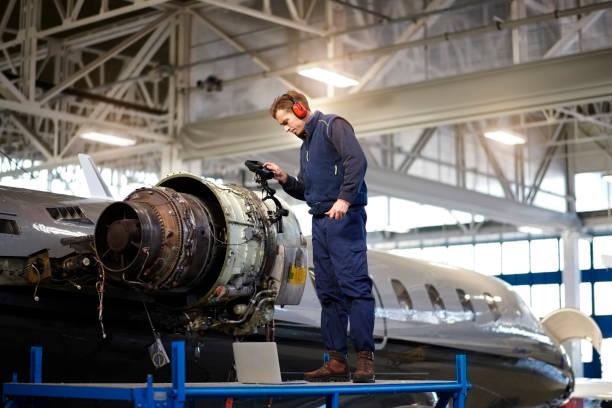 格納庫内の航空機整備士 - 航空整備士 ストックフォトと画像