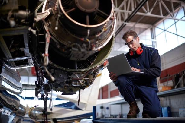 aircraft mechanic in the hangar - silnik odrzutowy zdjęcia i obrazy z banku zdjęć