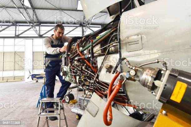 Aircraft mechanic repairs an aircraft engine in an airport hangar picture id948122368?b=1&k=6&m=948122368&s=612x612&h=tcqwrinjraer0ifmv4e43i0j9fbsq4qqdiktvobz7x0=