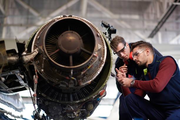 aircraft mechanics in the hangar - silnik odrzutowy zdjęcia i obrazy z banku zdjęć