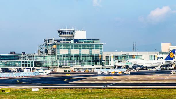 aircraft standing near the terminal 1 at frankfurt main airport - luchthaven frankfurt am main stockfoto's en -beelden